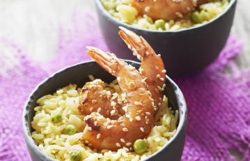 Riz à poêler au safran, petits pois et gambas marinées sauce soja